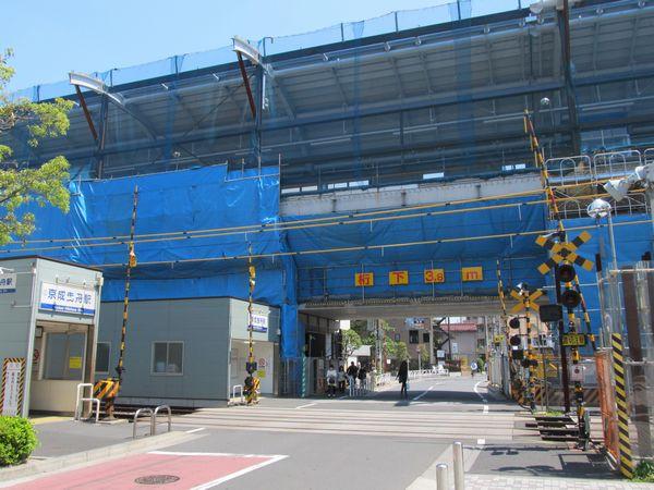 京成曳舟駅押上方の踏切前から建設中の高架ホームを見る。