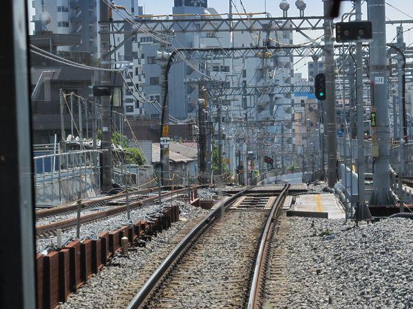 押上~京成曳舟間の新旧接続地点。盛土をかさ上げし、高架線と現在線を接続する。