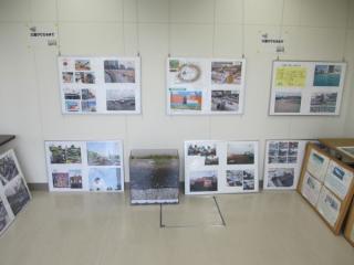 管理棟内には庭園の工事の様子や緑化の仕組みなどを解説するパネルが展示されている。