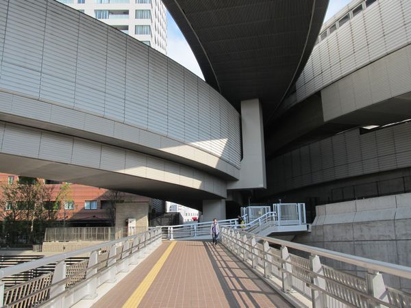 オーパスブリッジから目黒天空庭園入口の方向を見る。図上では3号渋谷線から分岐したランプが1箇所に集約されてトンネルに吸い込まれていく。