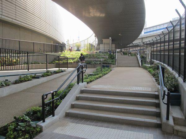 オーパスブリッジ~管理棟の園路。園内は6%の傾斜になっているため、段々畑になっている。