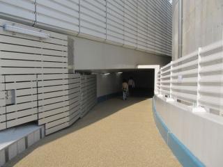 突き当たりで通路は一旦ループランプの内側に入る。