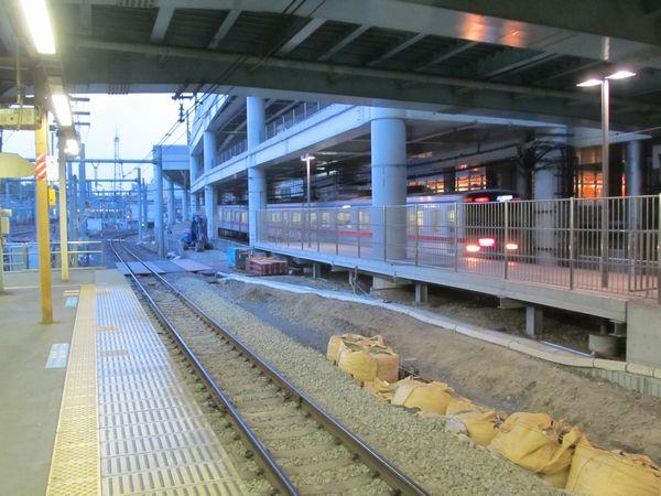 取手方のホーム端は京成旧下り線跡地の整地中
