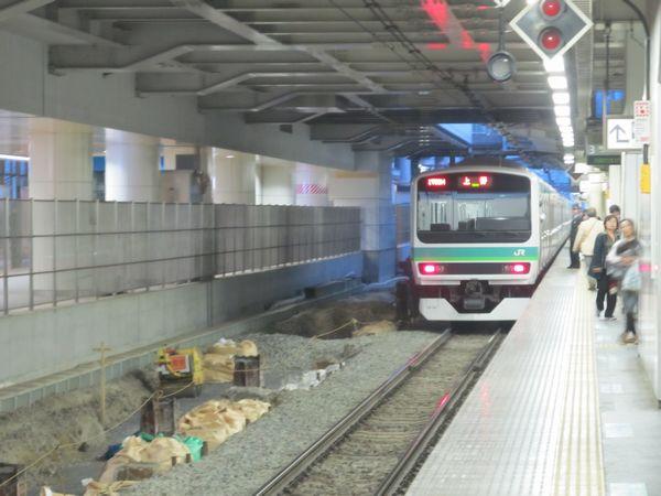 常磐線上り3番線の取手方から上野方を見る。左の京成線上りホームとの間にある空間に常磐線の線路を移設し、ホームを拡幅する。