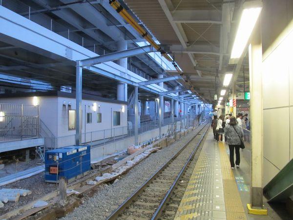 上野方は古レールで組まれた屋根が撤去され、移設後の線路に掛らない位置に新しい屋根の支柱が建てられた。