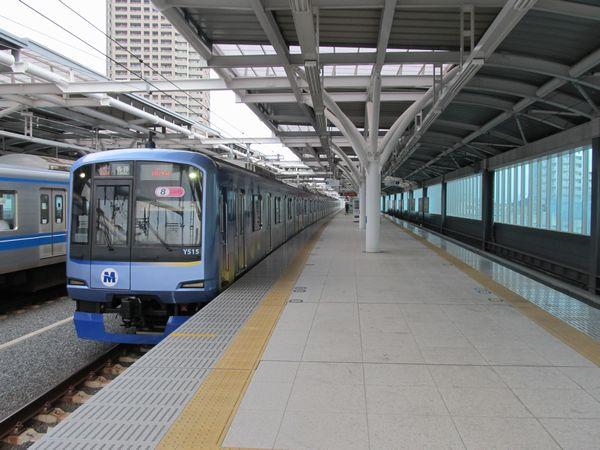 石神井公園駅2番線に到着した横浜高速鉄道Y500系電車。3月16日より東京メトロ副都心線と東急東横線の直通運転が開始され、西武池袋線から東急東横線・みなとみらい線に直通する列車が走るようになった。