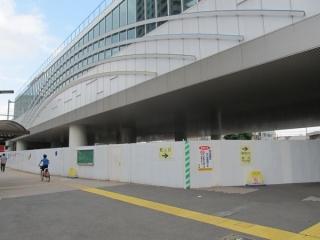石神井公園駅東口の高架下。高架橋の底面が化粧材で覆われた。