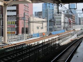 秋葉原駅東京方。軌道敷設が進む。