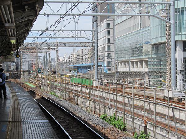 秋葉原駅の上野方のホームの先でも軌道敷設が進む。