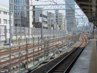 御徒町駅付近では残り1本の軌道敷設が大詰めを迎えている。