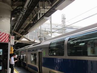 9番線ホーム中央にも同じ枠が設置されている。