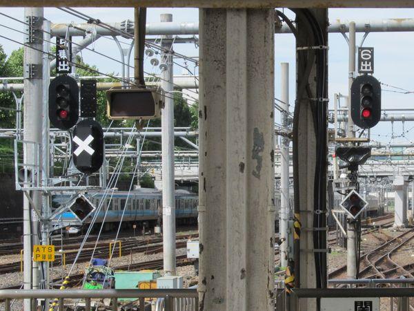 上野駅5・6番線大宮方の出発信号機。常磐線用の信号機(5番線)や進路表示器(6番線)が設置された。