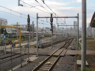 東海道線下り11番線ホームから完成間近の新車両基地を見る。