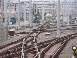 新車両基地では架線・信号設備の整備が進められている。