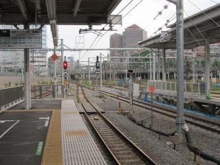 9・10番線横浜寄りの先端は10番線側が若干手前に停止位置がある。
