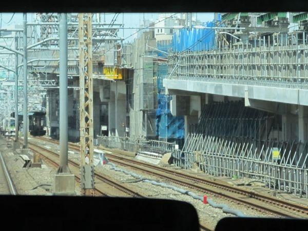 山手線内回り電車から見た東京~神田の重層高架のアプローチ区間。画面中央の桁のみまだ架設されていない。