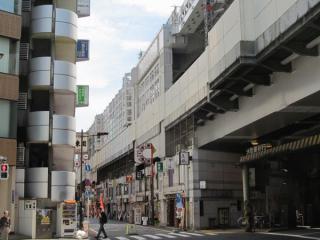 重層高架の2層目(新幹線階)は格子状の防音壁の取り付けが進む
