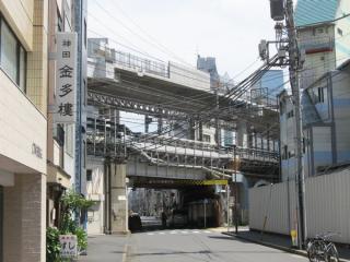 重層高架の3層目(縦貫線階)でもコンクリートの防音壁の取り付けが進む