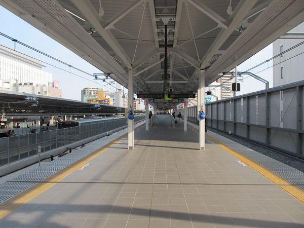 湘南新宿ライン5・6番線ホーム。施設のデザインは先に完成した2つのホームとほぼ同様。