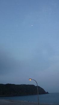 明けの月とありま