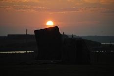 巨石と夕陽