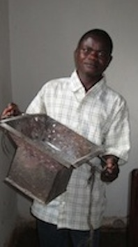 現在は、当会の支援で学んだ溶接の技術を用いて、炭のストーブを作って収入を得ています。