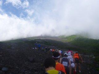 s06山頂への行列