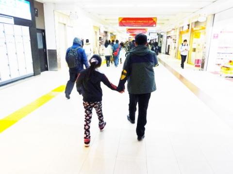 娘と手をつないでいたら、妻が不機嫌になった。①