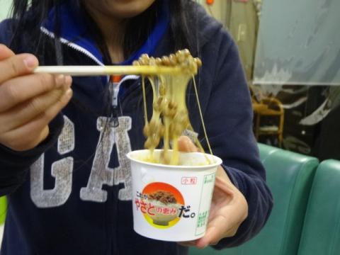 納豆を食べる娘