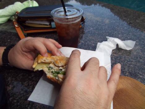 静岡県伊豆市古奈の東府やカフェ&ベーカリーで食べた合鴨肉を使用した地元食材のハンバーガーをデジショット