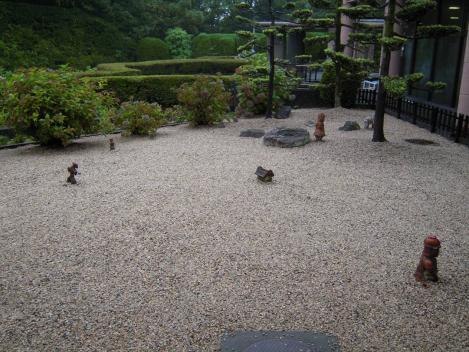 義母の佐賀県の火葬場の中庭には土偶が飾られていたデジショット