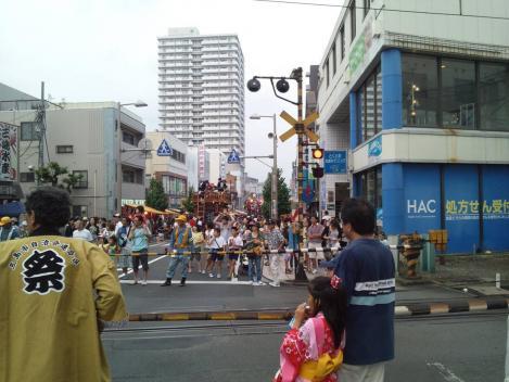 三島夏まつりが始まって間もない広小路駅の踏み切りの様子をシャメりました