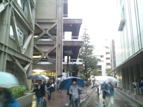 1級建築施工管理技術検定試験実地試験後に大雨の中を青山学院大学内の受験号館から出てくる受験者を写メ