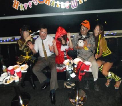 沼津市のクラブのリッツでハロウィンパーティーセクシー衣装の女性スタッフに囲まれた写真画像です