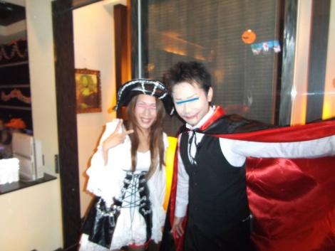 店に入るとドラキュラと海賊に仮装したスタッフにお出迎えされた瞬間を写メりました