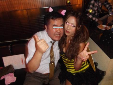 ハロウィンで蜂に仮想した美女と猫耳を付けられた俺を写メしてくれた楽しい時間の瞬間でした