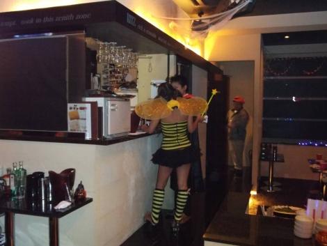 ついハロウィンで蜂に仮装した女性のお尻がセクシーなので写メして酔った勢いで触ったりもしたお尻の画像ですわ