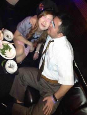 セクシーポリスレディに仮装した美女に酔った勢いでキスをする俺をドラキュラに写メされたよオヤジ化してるかな