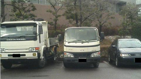 トラックと普通車