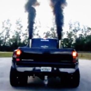 黒煙を吹くディーゼルエンジン車