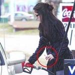給油中にタバコを吸う女
