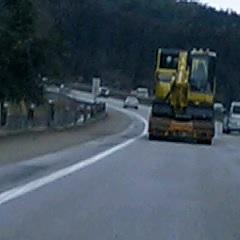 高速道路にショベルカー?
