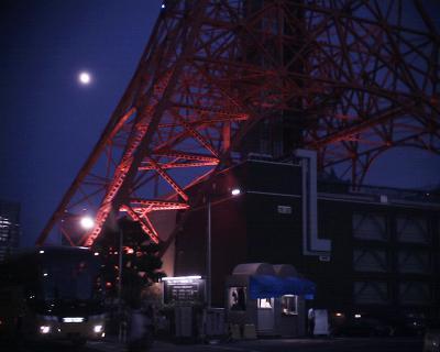 東京タワーと上ってきた月:R2