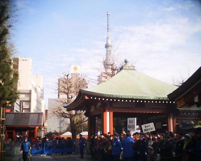 浅草寺の人の波と東京スカイツリー:R2