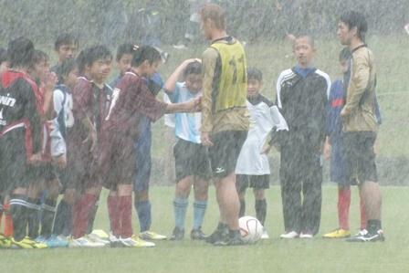 大雨の握手