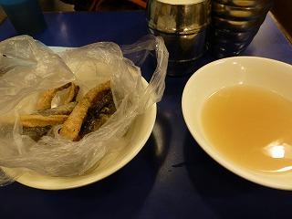 鶏記-食事1(魚皮揚げ)