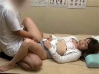 産婦人科を訪れた三十路妻を言葉巧みに騙しベットに寝かせて生ハメする悪徳医師