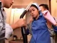 掃除のおばさんを男2人で羽交い絞めにし掃除機の吸引力でアソコを吸い尽くす