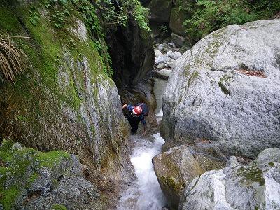 ゴルジュ上の滝を登る