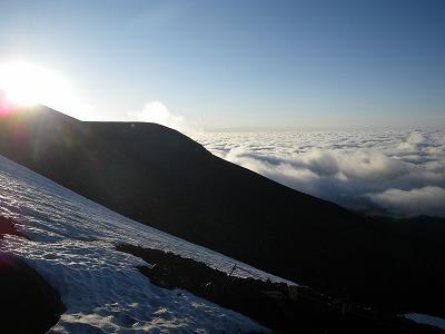 宝永山の向こうに朝日